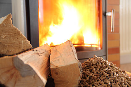 Chauffage avec un poêle à bois ou à granulés, bûches, pellets à bois
