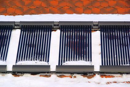 Installation solaire thermique, capteurs à tubes sous vide sur un toit
