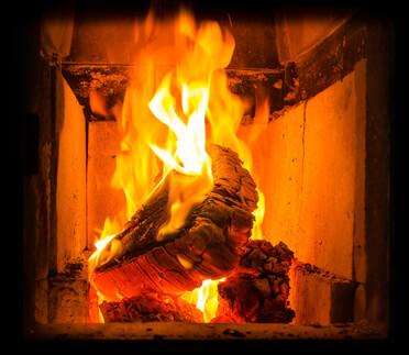 Du bois brûlant et du feu dans la chambre de combustion dans un poêle