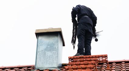 Ramoneur sur toit avant le conduit de cheminée, nettoyage de cheminée