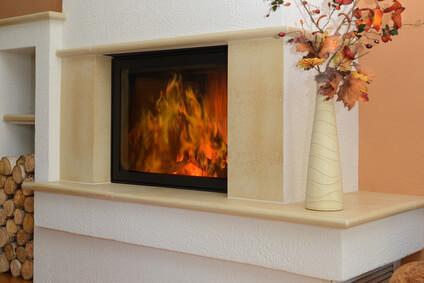 Cheminée à bois décorée, chauffage à bois confortable