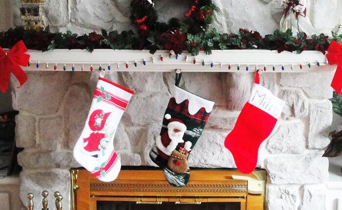 Weihnachtsdekoration für den Kamin