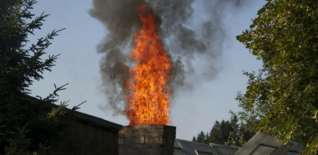 Wenn der Kamin brennt, können Rußablagerungen Schuld sein.