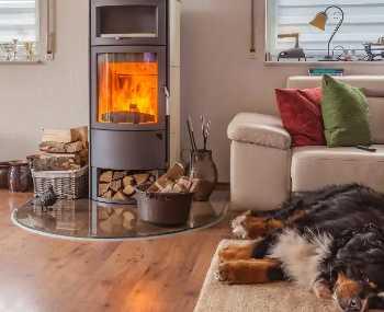 Kaminofen richtig heizen: 7 Tipps für einen besseren Abbrand