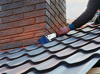 Schornstein abdichten: Anleitung und Tipps für die Dachdurchführung
