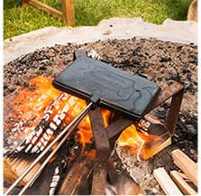 Ein mobiles Waffeleisen sorgt für kulinarische Abwechslung am Lagerfeuer.